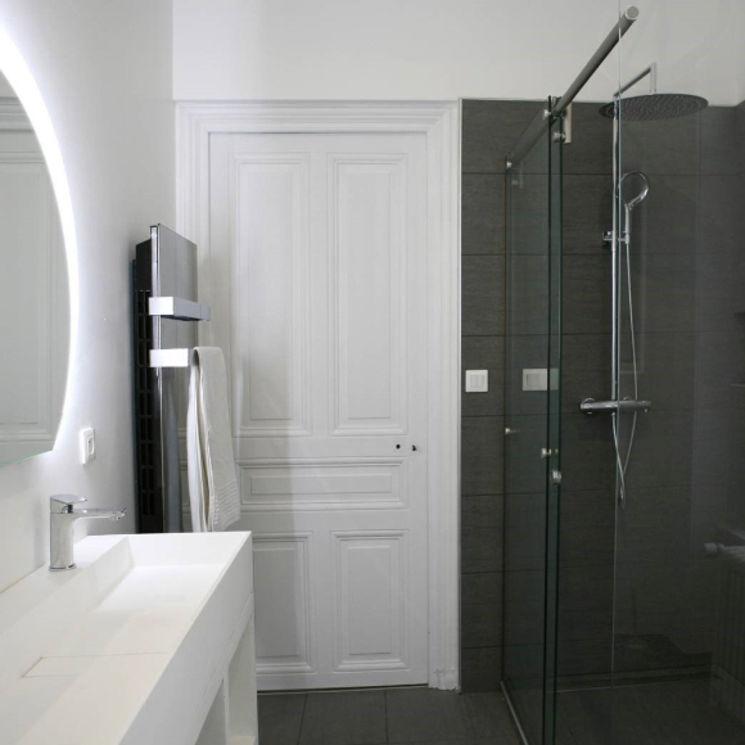 salle de bains blanche grise