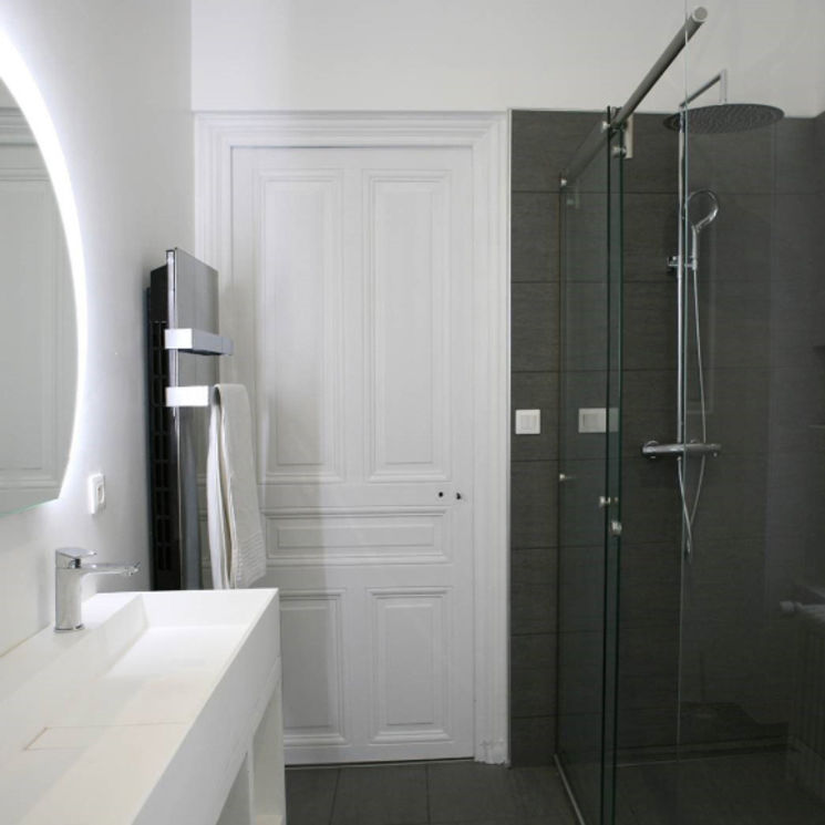 Salle de bains blanche & grise | Sarodis